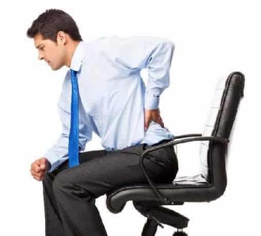hombre sentado con dolor de espalda baja