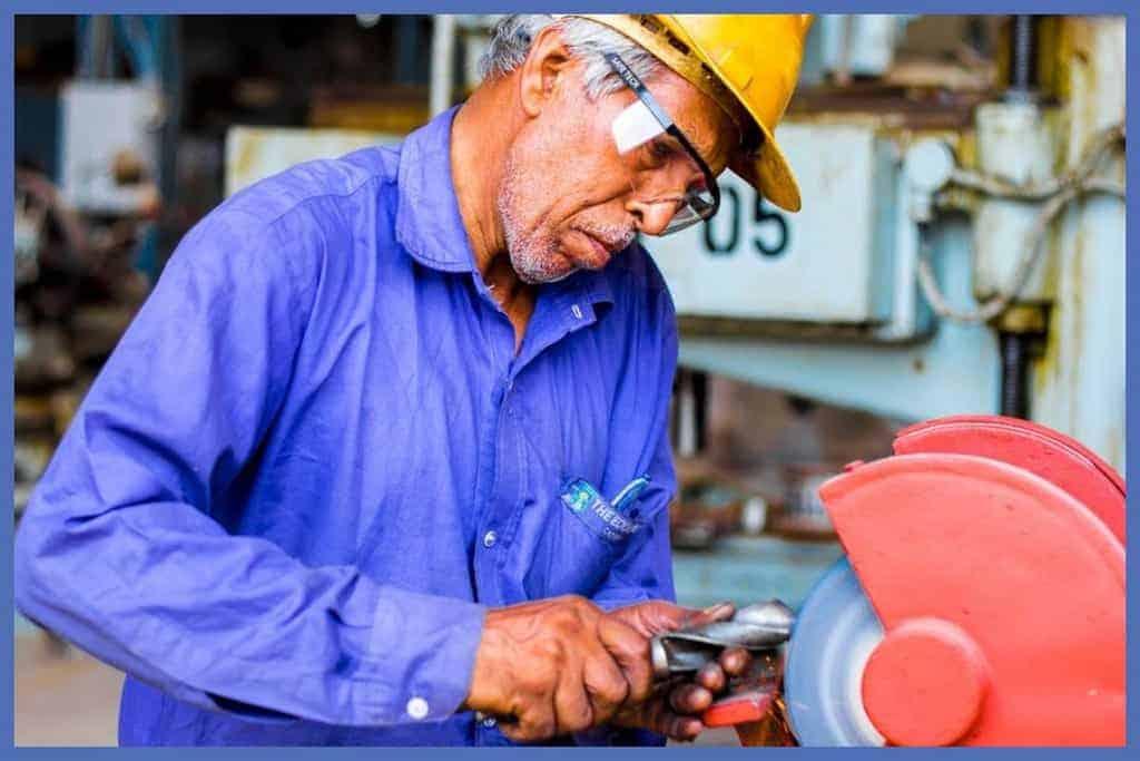 postura del trabajador operador de maquina